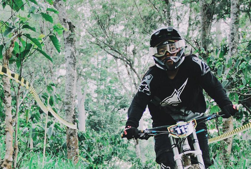 Downhill Biker mit Helm und Protektoren.