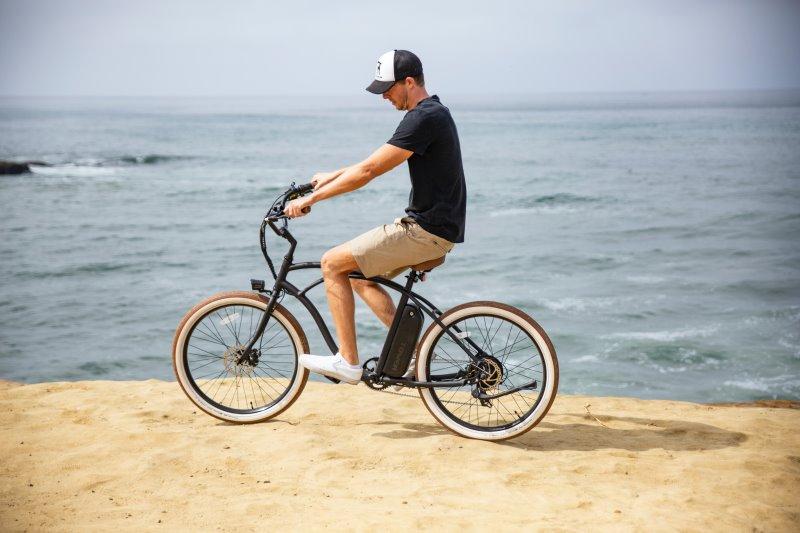 E-Bike Herren am Strand beim Meer