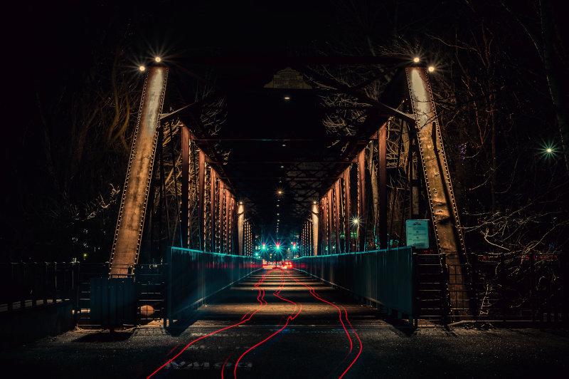 Nächtliche Leuchtspuren von E-Klapprädern