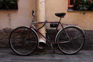 Fahrrad mit Panzerkabelschloss an Rohr befestigt