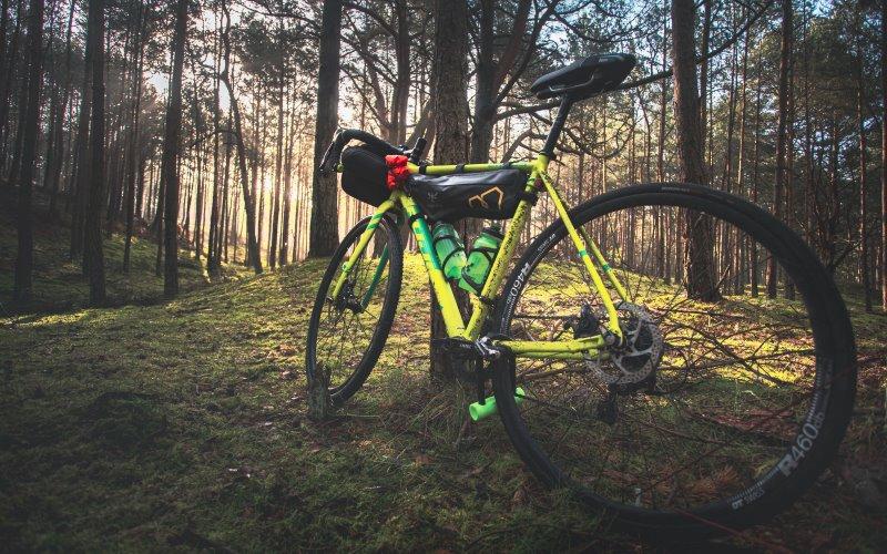 Fahrrad mit Fahrrad Rahmentasche im Wald