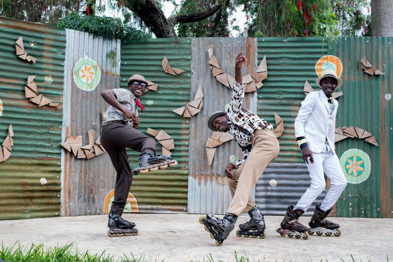 Junge Männer mit Freeskates posieren