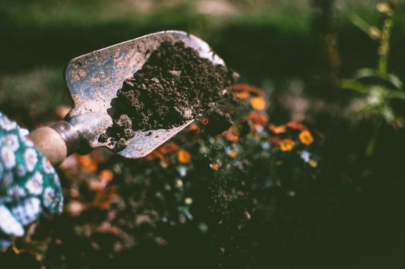 Malschürze bei der Gartenarbeit verwenden