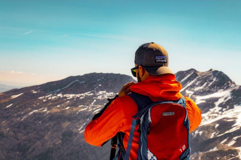 Mann schaut auf Berge