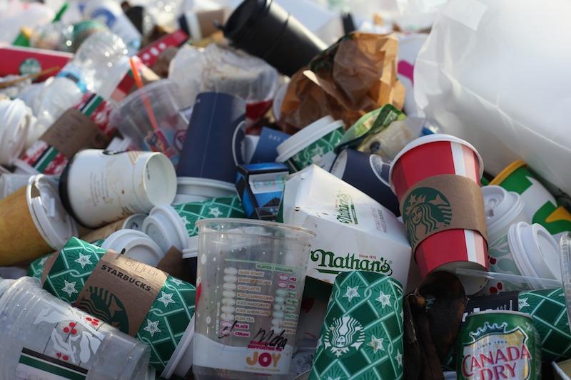 Müllhalde voll mit Einwegbechern