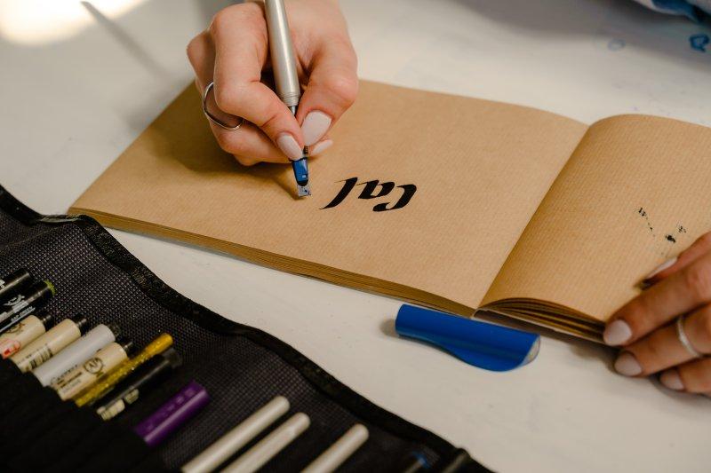 Kalligrafie lernen mit einer Feder