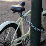 Fahrrad mit Kettenschloss an Laterne