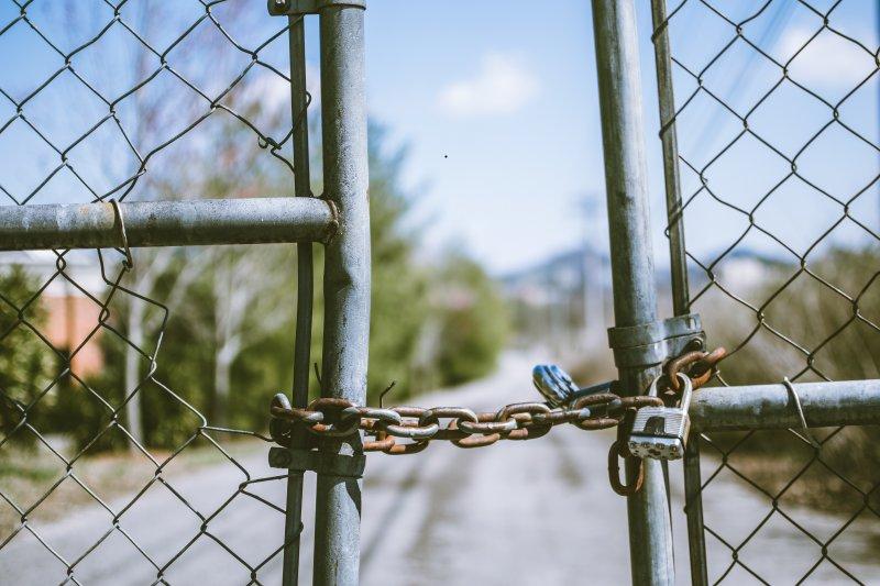 Kettenschloss an einem Tor