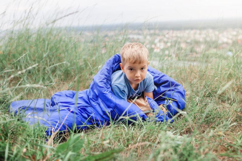 Kind liegt in Kunstfaserschlafsack
