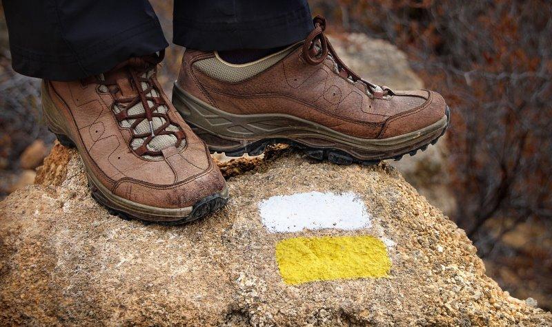 Leichte Wanderschuhe mit Signal für einen leichten Wanderweg