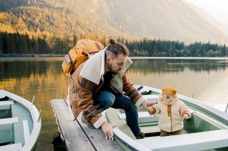 Mann mit wasserdichten Rucksack und Kind am See