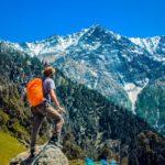 Mann mit Trekkinghose in den Bergen