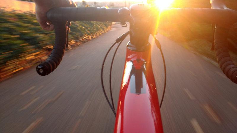 Schnell fahrendes E-Bike Faltrad auf einer Landstraße.