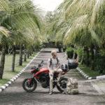 Mann auf Urlaubsreise mit seinem Motorradrucksäcken.