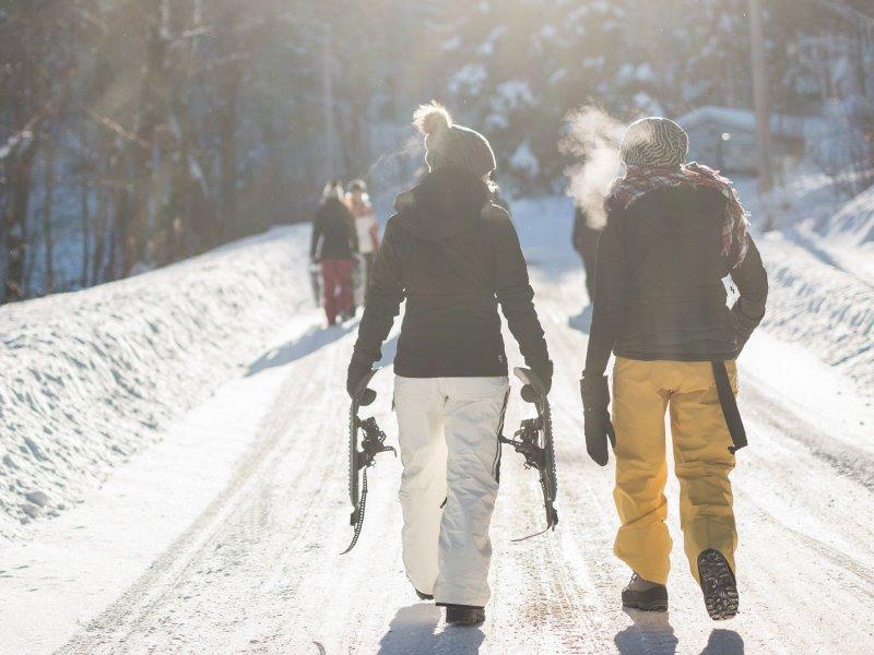 2 Perosnen im Schnee mit Skiausrüstung