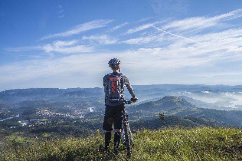 Mountainbikefahrer mit Mountanbike Rucksack in den Bergen