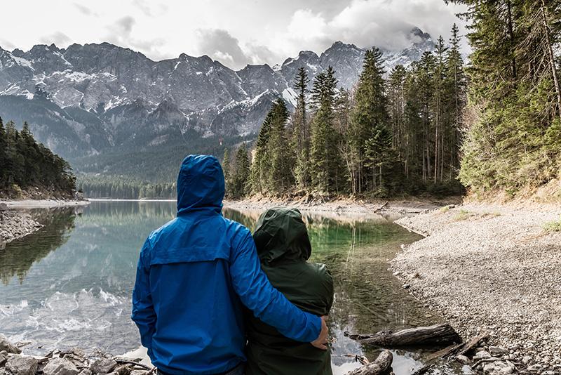 Personen in der Natur mit Regenkleidung