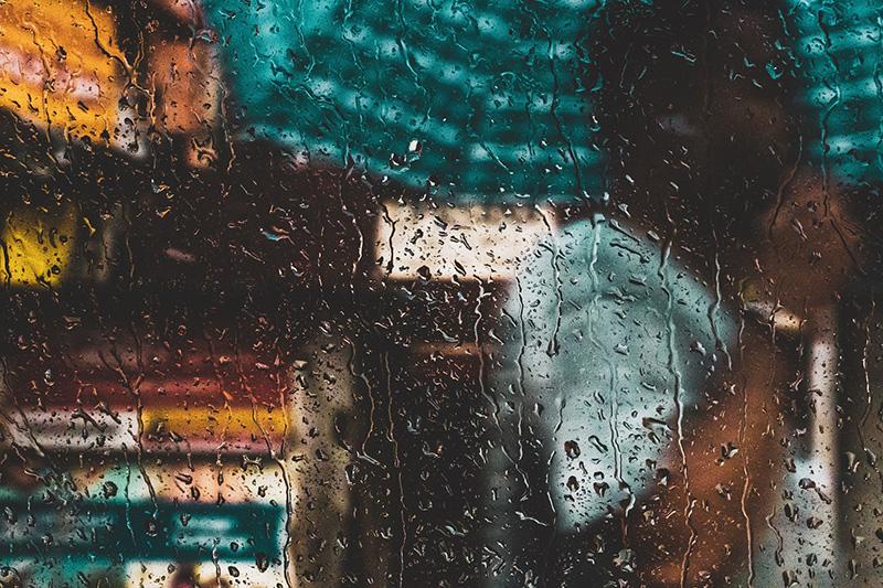 Regen durch ein Fenster betrachtet