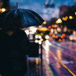 Regenhose: Mit Schirm im Regen