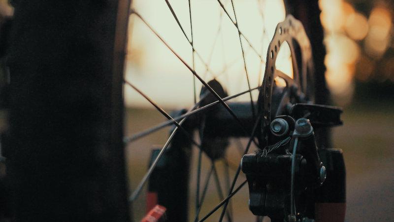 Angebrachte Scheibenbremse an einem Trekking Fahrrad.