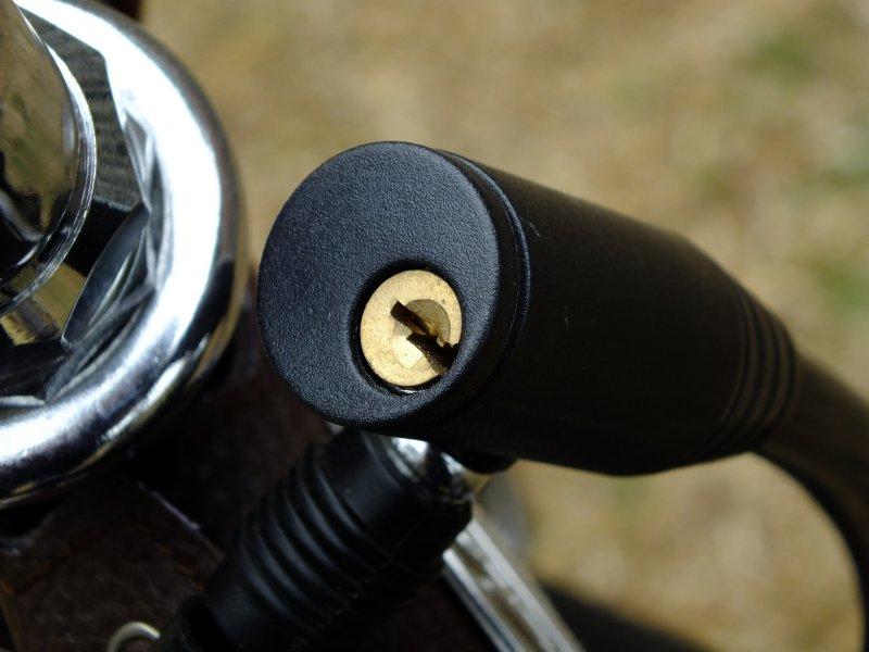 Schlüsselzylinder eines schwarzen Kabelschlosses