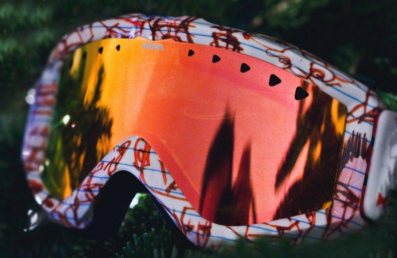 Skibrille mit rotem Glanz