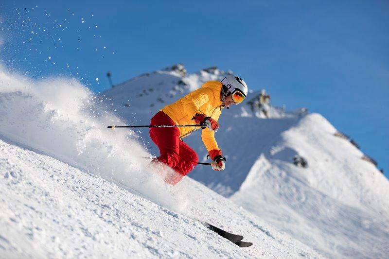 Skifahrer mit Helm und Skibrille auf der Skipiste