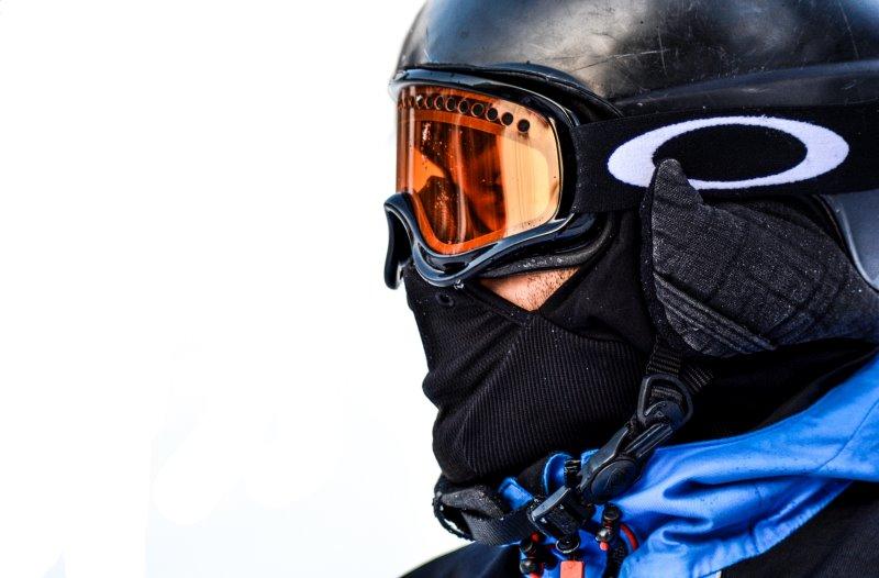 Skifahrer mit Helm, Skibrille und Skimaske