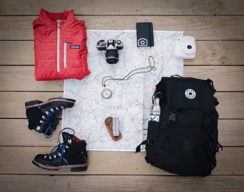 Ein Skirucksack samt Kleidung und Equipment für eine Skitour