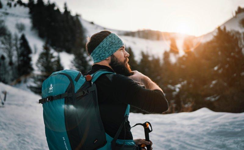 Mann mit Skirucksack im Schnee