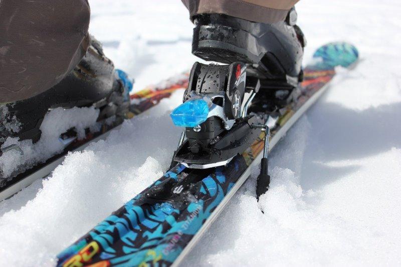 Snowblades mit Skistopp im Schnee