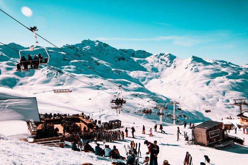 Snowblades und Ski im Winter.
