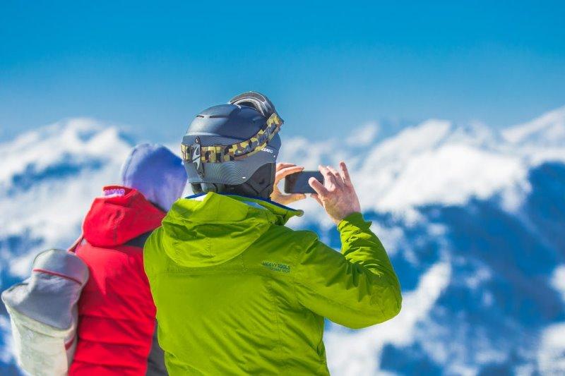 Softshelljacke wird von Mann und Frau im Winter getragen getragen