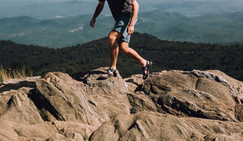 wandernder Mann mit offenen Trekkingsandalen