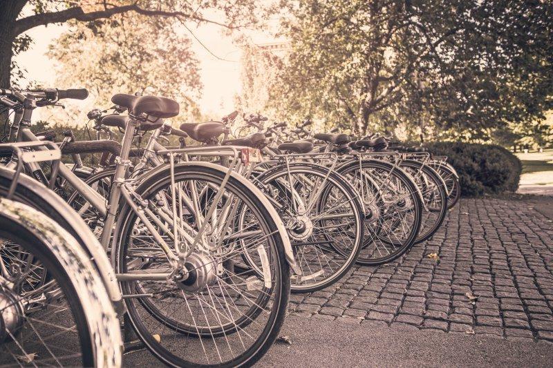 Viele Fahrräder an mehreren Fahrradständern
