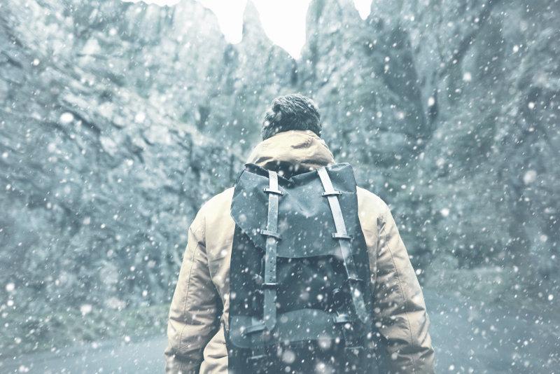 Ein Wanderer steht im Schnee