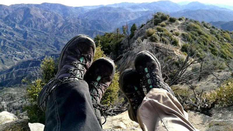 Leichte Wanderschuhe Damen und Herren in den Bergen