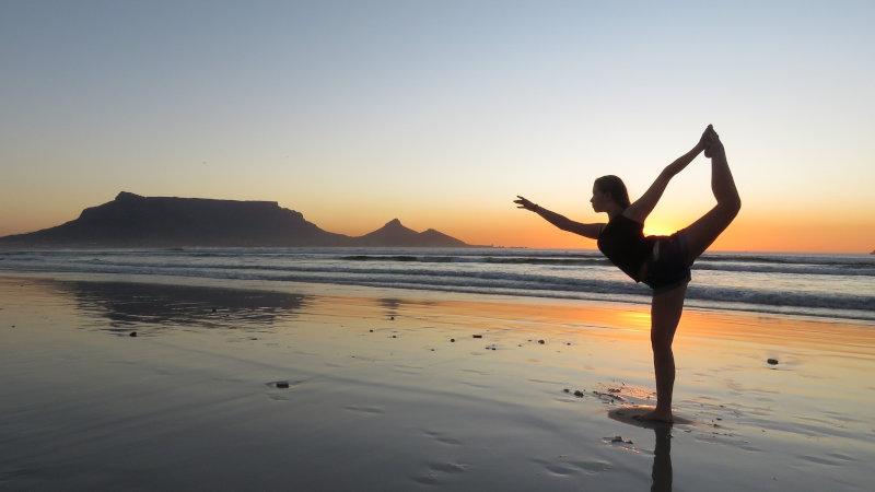 Yoga-Pose am weiten Strand