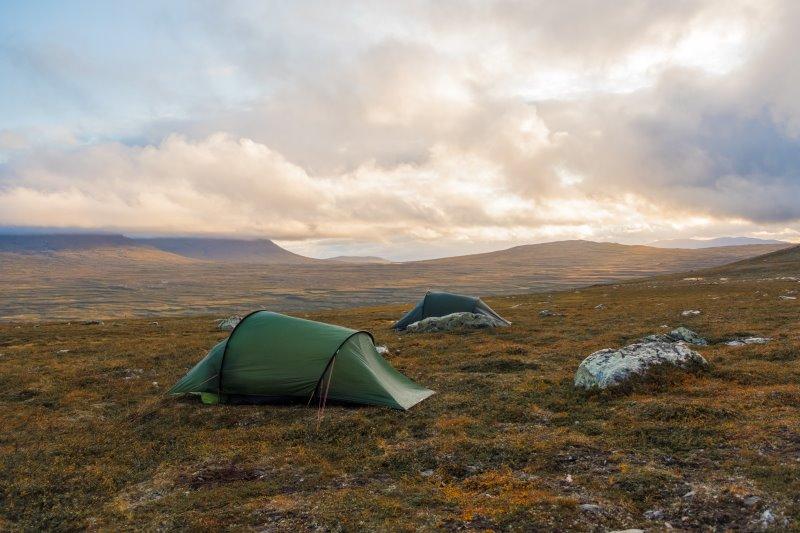 2 Zelte stehen auf einer offenen Fläche