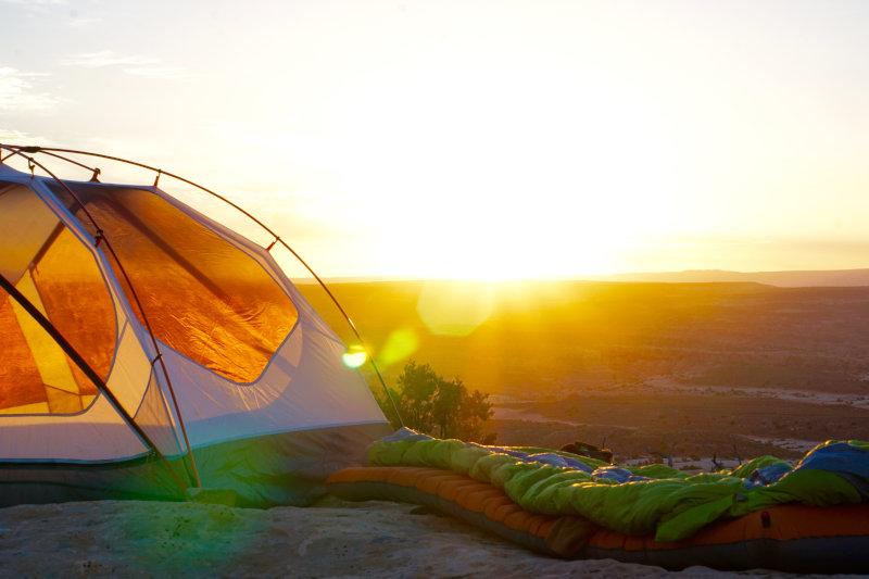 Zubehör für eine Übernachtung im Kunstfaserschlafsack