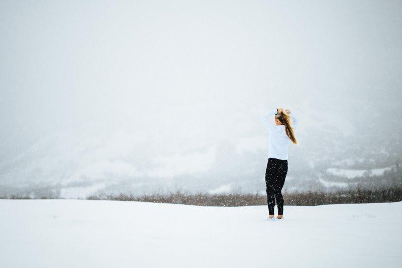Eine Frau genießt die Landschaft nach dem Laufen gehen