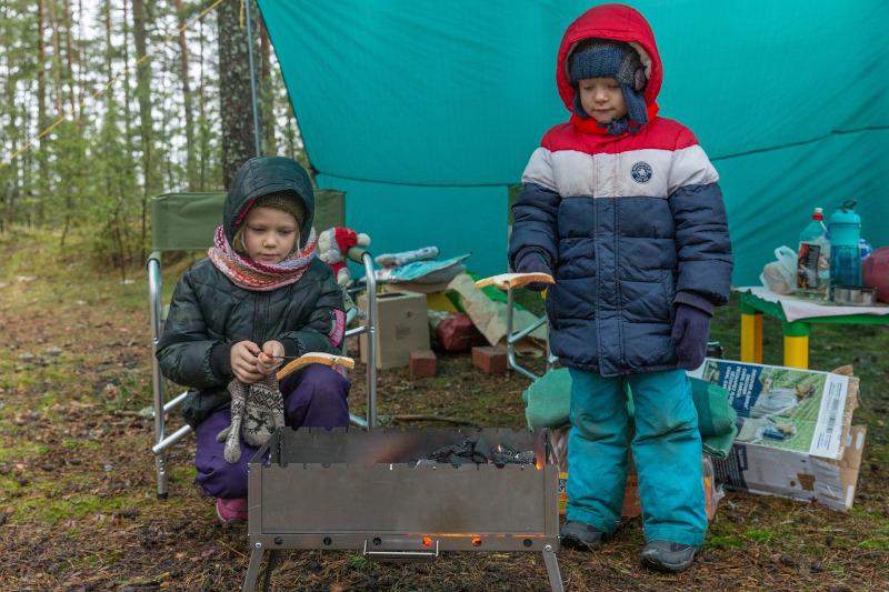 Kinder, mit dicken Jacken gekleidet