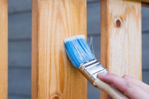 Leinölfirnis verleiht hellem Holz einen Honigton
