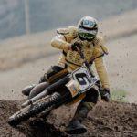 Motocrossfahrer mit Protektorenjacke