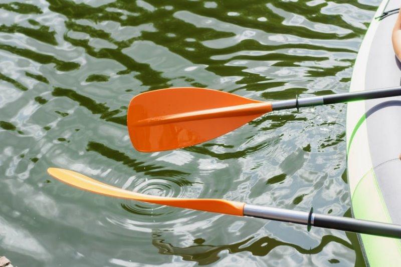 Zwei Kajak-Paddel im Wasser