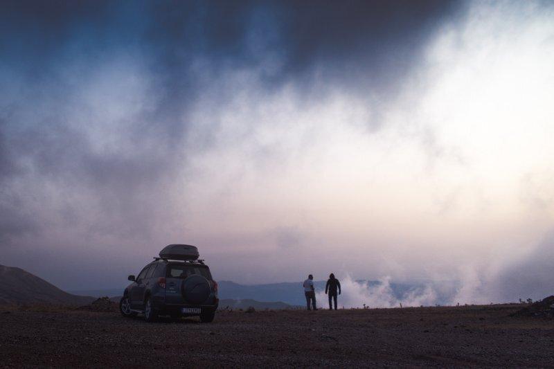 Auto in der Natur mit Menschen und Skibox