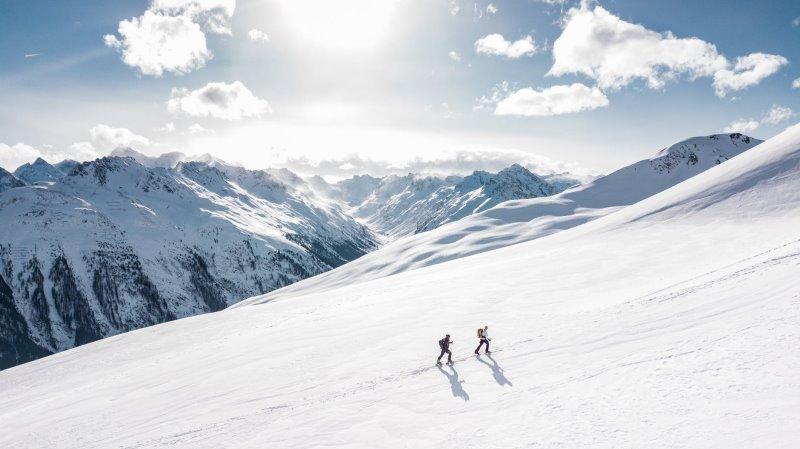 Zwei Menschen sind auf Skitouring
