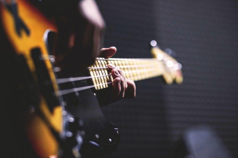 spielende Hände auf dem E-Bass