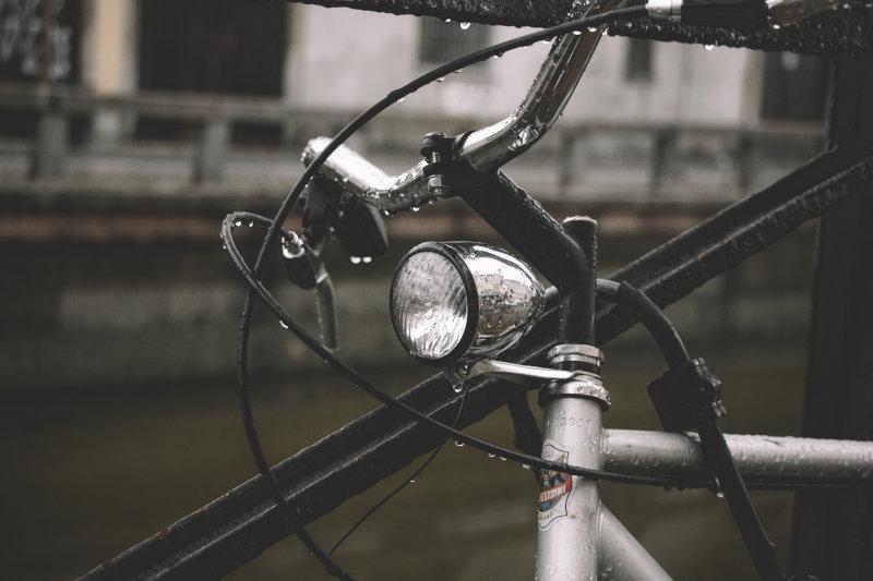Die Vorderseite eines Fahrrades. Es ist nass vom Regen.