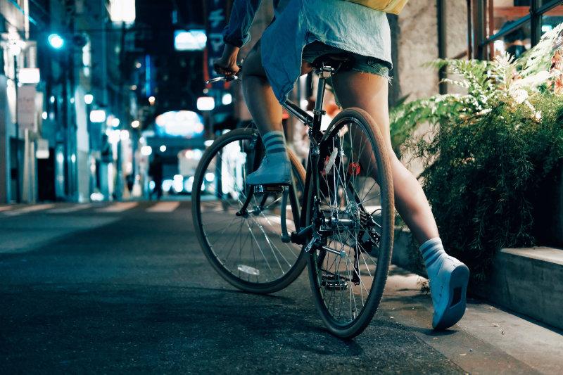 Fahrrad fahren in der Nacht. Die Person fährt los.